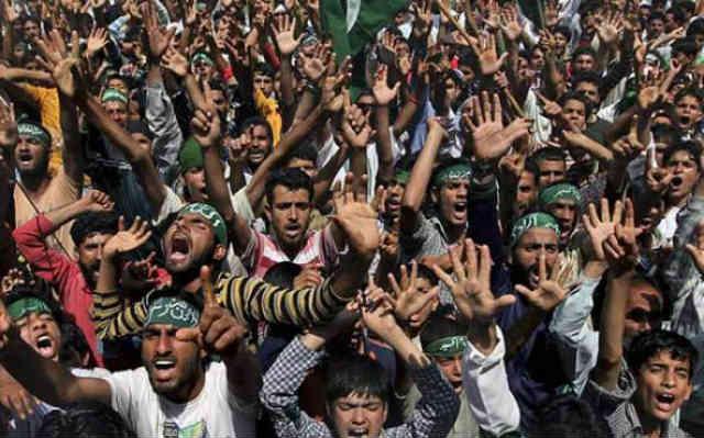 فرتور تظاهرات مسلمانان را نشان می دهد. آیا این چهره ها برای شما آشنا نیستند؟ آیا بسیجیان و حزب اللهی ها که از لحاظ فکری همچون مسلمانان در فرتور، عقب افتاده می باشند، همواره با دهان هایی گشاد و دست های مشت کرده مشغول شعار دادن و اعتراض نمی باشند؟