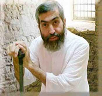 آقای کاظمینی بروجردی انسان شجاع و میهن دوستی که پوشش ضد ایرانی آخوندی را از تن در آورد و اکنون ۷ سال است که با رژیم در مبارزه بوده، و رژیم تلاش دارد تا اگر بتواند وی را از میان بردارد.