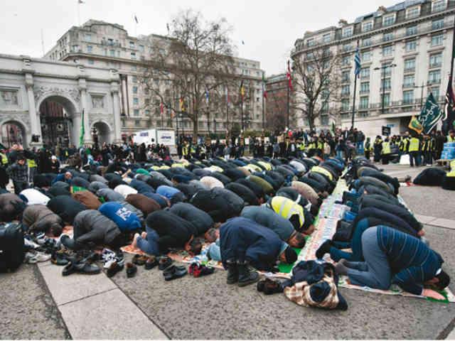 این روزها مسلمانان به قدری احساس در خانه بودن بدان ها دست داده که اروپا را با صحراهای حجاز اشتباه گرفته، هر جا که می رسند چند ده نفر شده و سجاده پهن کرده و وسط خیابان نماز می خوانند! سکولاریسم غربی به درد مردن هم نمی خورد!