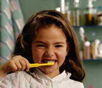 به کودکان باید آموزش داد تا دست کم هرشب پیش از خواب، دندان های خود را مسواک زنند.