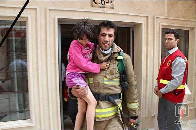 امید عباسی ۳۵ ساله مأمور آتش نشان که ماسک تنفس خود را روی صورت دخترک ۹ ساله گذاشت. دخترک جان سالم به در برد و زنده ماند، ولی امید با این ایثارگری، جان خود را از دست داد. درود بر شرف چنین انسان هایی و هزاران افتخار بر آنان که در جامعه بلازده و آخوند زده ما نمونه آن کمتر پیدا می شود.