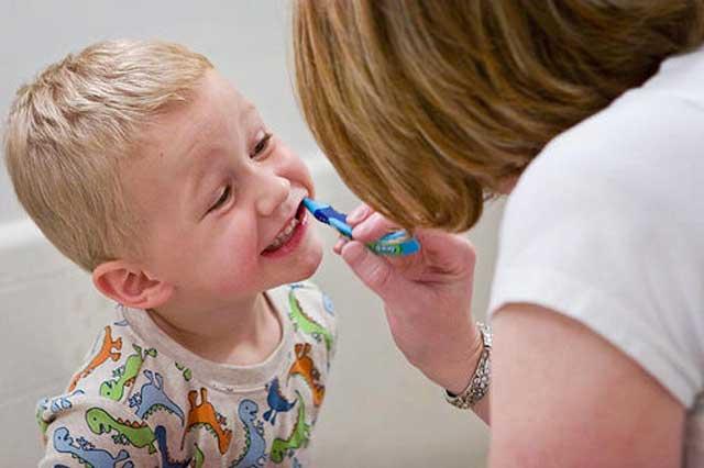 شستشوی دندان نوزادان ضروری است. این برما است که دست کم هرشب دندان نونهالان را مسواک بزنیم.