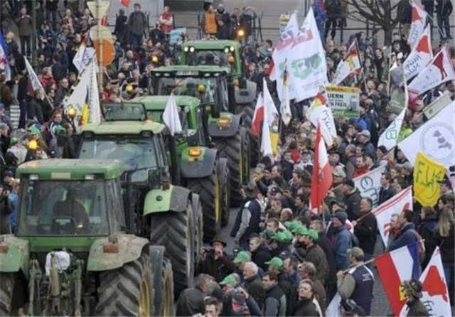 تظاهرات دامداران اروپایی در بروکسل برای اعتراض به کاهش پرداخت بهای شیر از سوی دولت بدانهاست. در اینگونه تظاهرات نه کسی دستگیر شد، نه کسی توبیخ و اعدام گردید.