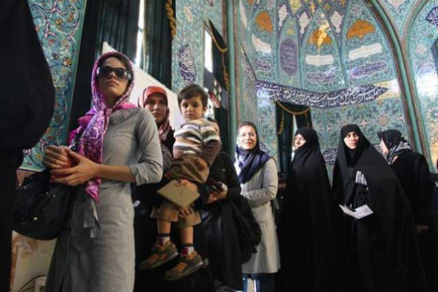 این ها زنانی هستند که حتی با کودک خود در سال ۸۸ در صف ایستاده بودند و به رژیم جهنمی اسلامی مشروعیت دادند. آیا این گونه زنان را نباید ضعیفه های اسلامی و همان زنانی دانست که اسلام برای آنان پشیزی ارزش قائل نیست، و مأموریت آنان را تنها برای کار در آشپزخانه و اتاق خواب می داند.