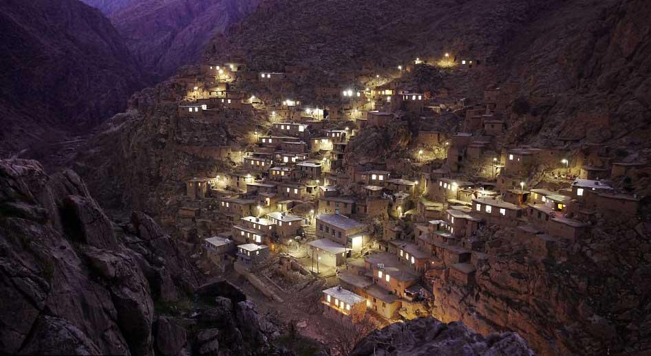 دهکده پلنگان که در نزدیکی مرز عراق قرار گرفته، با خانه های زیبا و بافت تاریخی آن گوهر درخشانی است که چشم هربیننده را خیره می سازد. آثار هنر و ذوق و سلیقه ایرانی در این دهکده به خوبی به چشم می خورد.