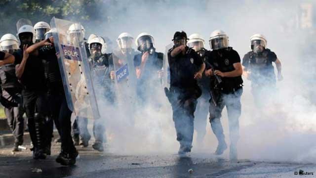 پلیس ضد مردمی ترکیه نیز مانند پلیس دیگر کشورهای با رژیم خودکامه و دیکتاتور، رفتاری وحشیانه از خود در برابر مردم نشان دادند.