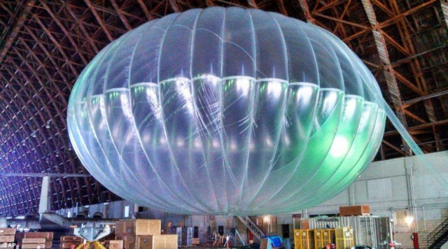بالون در حالی که با کاهش نیروی جو باز می شود به حالت کاملن باز و بزرگی در بالای جو زمین و زیر ماهواره های تلویزیونی قرار می گیرند.
