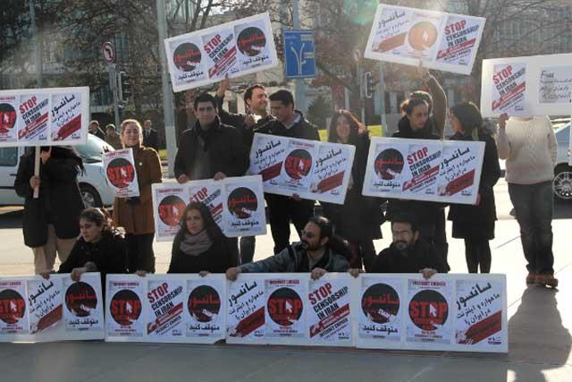 گروهی از هم میهنان ما در ژنو با عملکرد رژیم ضد انسانی ایران در مورد ایجاد پارازیت بر روی امواج گوناگون تلویزیون، اینترنت، رادیو و دیگر رسانه های خارجی به اعتراض و مخالفت پرداختند. روش خصمانه ای که تا این رژیم بر سر قدرت است، هیچگاه دست بردار نخواهد بود.