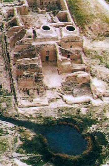 اینجا کاخ اردشیر بابکان در فیروز آباد فارس است که رو به ویرانی می رود.اردشیر بابکان نزدیک مدخل تنگاب، در کنار چشمه ای که دریاچه ای به قطر ۵۰ متر را به وجود آورده، کاخی ساخت که در سده های میانه «آتشکده» محسوب می شد. این کاخ که از کاخ های ییلاقی اردشیر بابکان بود، یکی از بناهای بزرگ، با ابهت و کم نظیر دوره ساسانی است و نخستین بنای طاق دار ساسانی محسوب  می شود. زیر بنای این کاخ ۵۵*۱۱۵متر است و اطراف آن را ساختمان ها و دیوارهایی پوشانده که آثار آن هنوز باقی است.