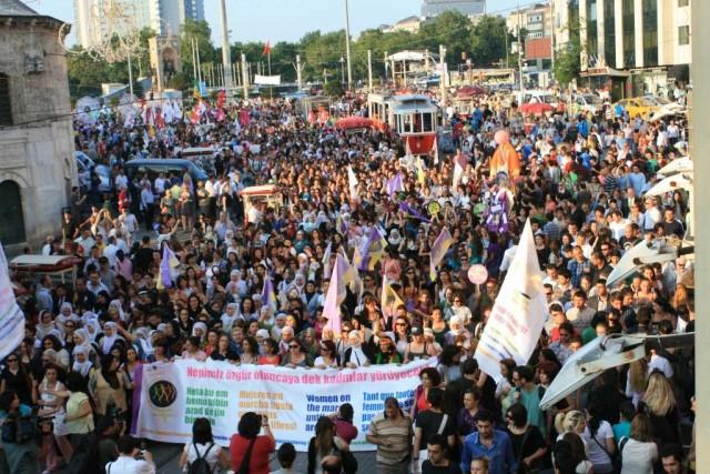 این یک گردهمایی بانوان اروپایی در سال ۲۰۱۰ در استانبول است. خوشبختانه آخوند چشم چعان و هیزی در آن جمع نیست که از دیدن سر و پای برهنه زنان، از خود بیخود شود و عنان اختیار از دست دهد. بنابراین، در این گردهم آیی سالم و منطقی حجاب و لثک کثیف اسلامی وجود ندارد.