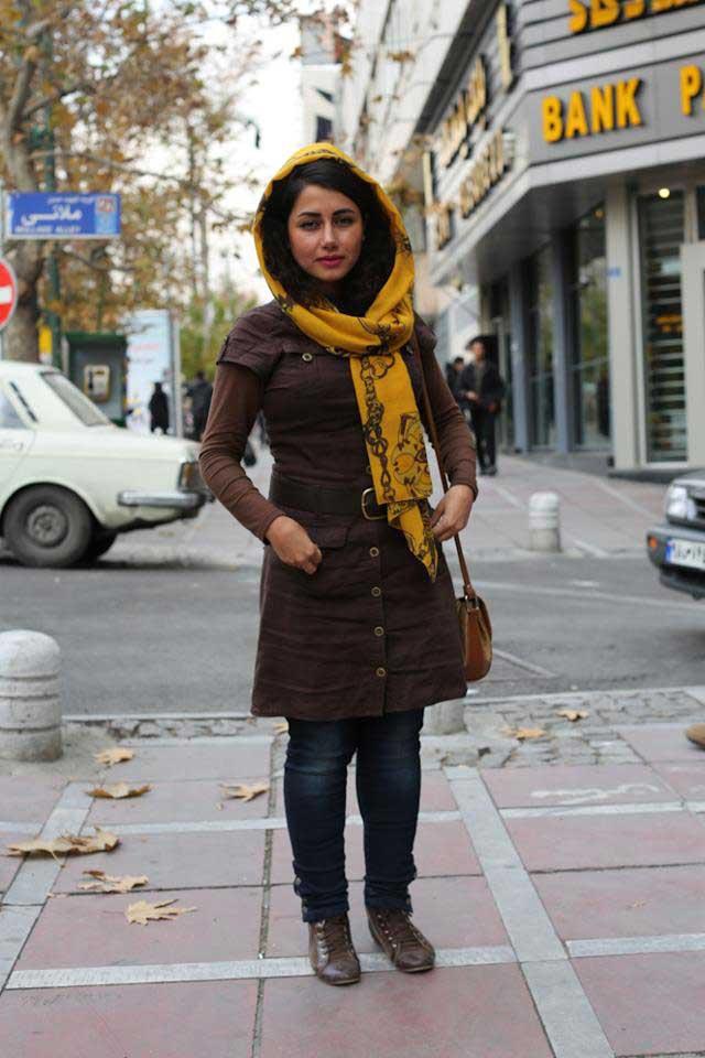 دختری سرشار از هوش و احساس، در اوج جوانی، در زندانی بنام تهران، ناچار است پوششی برای خود برگزیند که از دید آخوند چشم چران در امان بماند، و در عین حال، زیبایی و طراوت او نیز در زیر لچک و گونی رژیم پوشیده نماند.