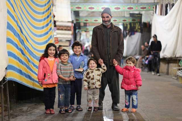 تصویری از یک خانواده خوشحال و خندان افغانی در بازار شیراز. ما ایرانیان به همزبانان و هم نژادان افغانی خود دلبستگی و علاقه فراوان داریم، آنان را از خود می دانیم، و بودنشان در ایران را ارج می نهیم. آنان که با خانواده های افغانی رفتاری زشت و نادرست دارند، از خصوصیات انسانی، و ایرانی بودن بدورند.