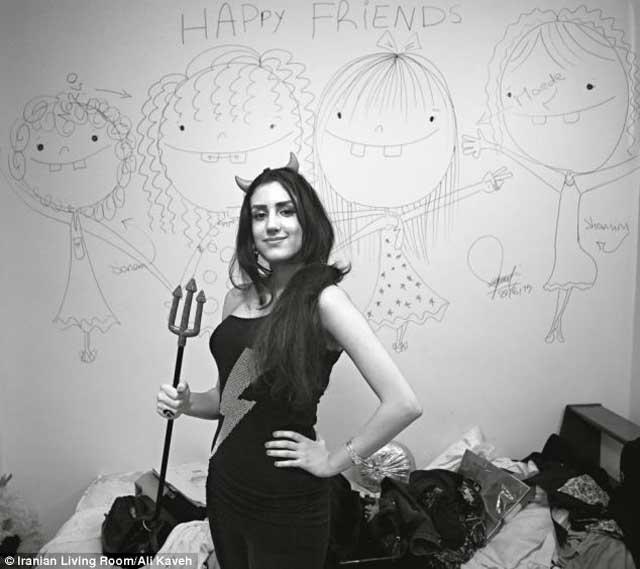 دختری در تهران که میخواهد از زندگی جوانی خود بهره بگیرد ولی دوست ندارد شناخته شود و می خواهد نام او بیان نشود. البته ایشان حق دارد زیرا زنان آنچنان در چنبره و بند و زنجیر آخوند و مزدوران آن گرفتارند که حتی وحشت دارند نام خود را آشکار کنند.