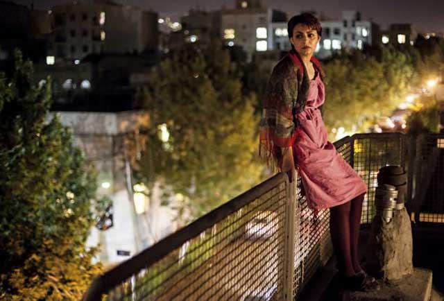 مریم دختر جوان ایرانی که بیرون از خانه را زندانی بزرگ می داند و در آن جایی برای نفس کشیدن نمی یابد، در پس دیوار، و پشت بام، مانند پشت میله های زندان، به فضای بیرون نگاه می کند و از آزادی ازدست رفته و در بند بودن خود آه می کشد.