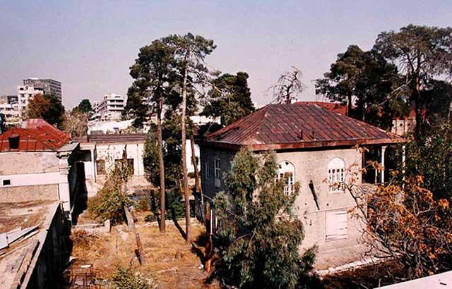 منظره ای از بالای ساختمان و خانه دائی جان ناپلئون است که زیر چوب حراج و تخریب سودجویان رژیم ویرانگر قرار گرفته است.