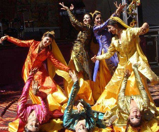 رقص های محلی و فولکوریک ایرانی در دوران گذشته همه جا مطرح بوده، و بسیار خواهان و طرفدار داشته است، ولی امروه در سایه شوم آخنود تازی تبار، همه هنرهای ایرانی به فنا رفته و به باد فراموشی سپرده شده است.