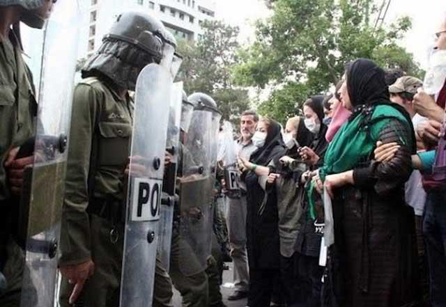 مزدوران و فرومایگان رژیم، با توپ و تفنگ در برابر زنان بی دفاعی که به دنبال حقوق پایمال شده خودند، ایستاده و آماده کشتن آنانند.