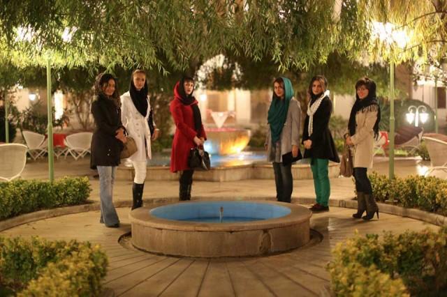 تنها مایه دلخوشی و سرگرمی بانوان، به ویژه دختران جوان ایران، دیدار از آثار باقیمانده باستانی، و یا رفتن دسته جمعی به رستوران های سنتی است.