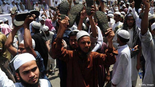این تظاهرات اسلام گرایان بنگلادش است که گویا حکومت افغانستان را لیبرال می خوانند و نمی خواهند مانند افغانستان شوند. آنان می خواهند دولت لیبرال کشور خود را سرنگون کنند و قوانین اسلام را پیاده نمایند. می بینیم که اسلام چگونه خرد و عقل را از گروهی مردم خاورمیانه و آسیا گرفته و آنها را آدم های متجاوز و دگم مذهبی بار آورده است.