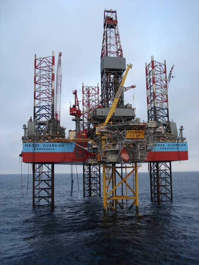 این دکل های نفتی قطر در خلیج فارس است. رژیم ضد ایرانی ولایت فقیه برای آن که عرب ها را به اصطلاح دوست خود کند از دزدیدن منابر نفتی مشترک میان کشور ما و کشورهای حآشیه خلیج فارس تا کنون کمترین توجهی نداشته و اقدامی نکرده است.