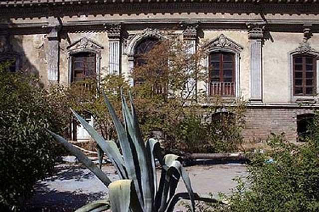 این ساختمان تاریخی و خانه معروف به دائی جان ناپلئون می باشد که یکی از آثار هنری و ملی تهران است. رژیم خیانتکار آخوندی از سر خیر هیچ اثر و پدیده با ارزش  که جنبه تاریخی و ملی دارد نمی گذرد. روی آنها چوب حراج می گذارد و یا به تخریب و ویرانی آن می پردازد.