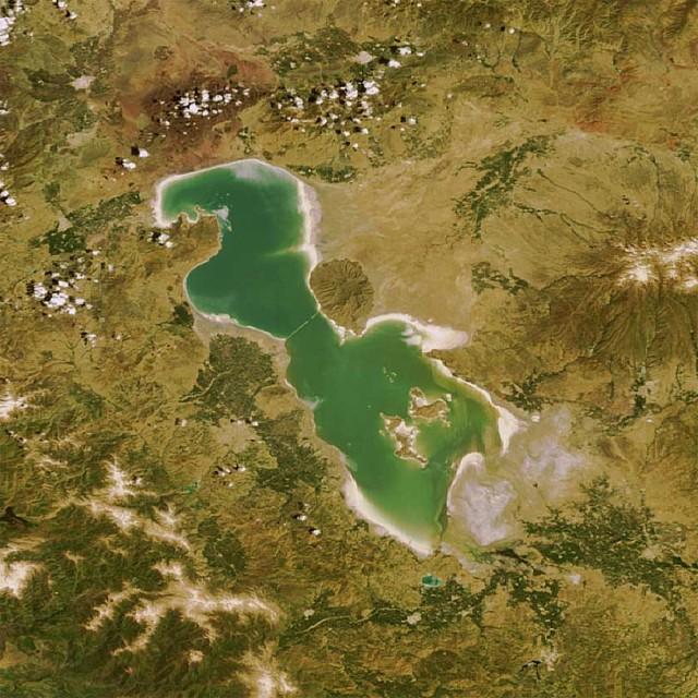 این تصویر که از بالا از دریاچه ارومیه گرفته شده، نشان می دهد وجود این دریاچه بخش بزرگ و عظیمی از کشورمان را سر سبز و خرم و با رطوبت ساخته که هم اکنون همه این بخش بزرگ به بیابانی خشک و سوزان تبدیل خواهد شد.