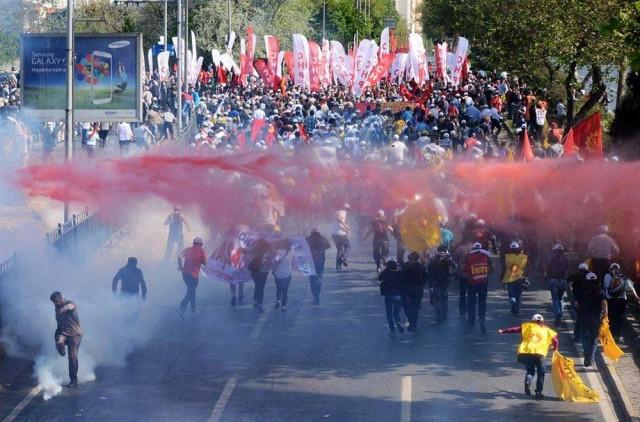 مردم دلاور ترکیه در برابر رژیم ضد بشری اسلامی خود ایستادند تا از تخریب و ویرانی گیزی پارک استانبول جلوگیری کنند. ولی رژَیم با توپ و تفنگ و آب و گاز پاشیدن به جان مردم افتاده است. این یک صحنه مبارزه مردمی با رژیم اسلامی در آنکارا است.