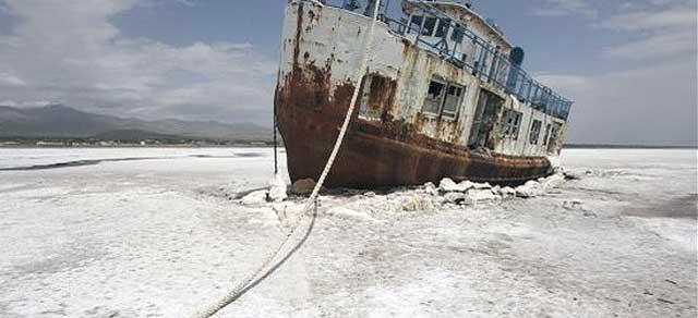 دریاچه ارومیه می خشکد. کشتی ما به گل نشسته است. زیرا ملوان ما مرده و جای آن را یک آخوند گرفته است. آخوند از تکنولوژی، محیط زیست، دانش فزاینده و پیشرفته امروز چیزی نمی داند. آخوند تلاش می کند تا بر ارقام دزدی های میلیاردی خود در بانک های خارجی بیافزاید شاید ۴۰۰۰ سالی عمر کند البته آخوند می داند که آخرتی وجود ندارد و آن کلاهی بوده که بر سر مردم خردباخته گذاشته است.
