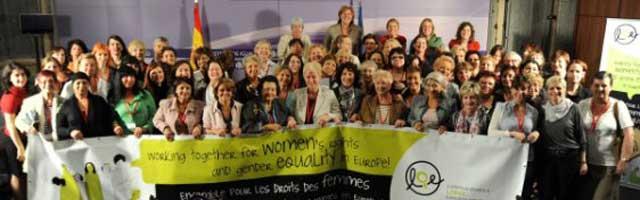 این یک گردهم آیی از ۳۰ کشور اروپایی برای دفاع از حقوق زنان در بوداپست است. خوشبختانه  هیکل نحس آخوند در این گردهم آیی ها نیست که پروپاچه های زنان را دید بزند و حرفی از حجاب اسلامی به وسط آورد. زیرا در نبودن آخوند زنان و مردان در کنار هم زندگی می کنند و به لچک و گونی سیاه رنگ اسلامی هم نیازی ندارند.