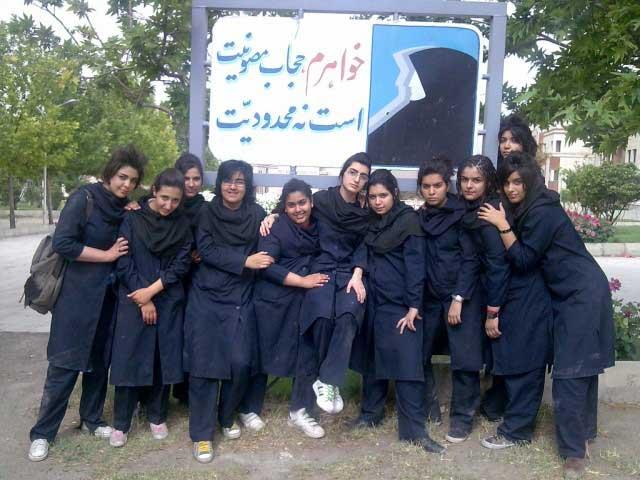 """این دختران نیک سرشت ایرانی، پاسخی دندان شکن به پوشش لجنی بنام """"حجاب اسلامی"""" داده اند. اگر رژیم شرف، آبرو، و حیثیت داشت، و اگر بشر بود، با دیدن تنها این فرتور، رفتار حیوانی خود را به کنار می گذاشت و روشی انسانی در پیش می گرفت."""