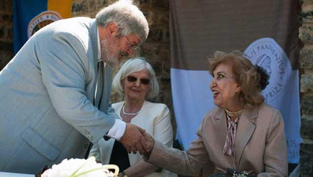 سیمین بهبهانی با یکی از گردانندگان دادن جایزه یانوش پانونیوش در مجارستان دیده می شود، گ. سوچی، یکی از داوران جایزه «یانوش پانونیوش» درباره سیمین بهبهانی گفته است: «سیمین بهبهانی از بزرگترین شاعران عصر ما و یکی از شاعران نوآور در ایران است.»