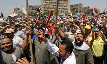 محمد مرسی هم مانند علی خامنه ای و یا حاکم ترکیه، گروهی لات، آدم کش و چاقو کش به گرد خود جمع کرده بود تا از آدم کشی و دیکتاتوری آنان دفاع کنند. همنگونه که آدم کشان بسیجی، و ضعیفه های بی سواد را در روز قدس علیه کشور های آزاد و دموکراسی اسرائیل و آمریکا به عربده کشی وا داشت، و یا از دیوار سفارت انگلیس بالا رفته، به غارتگری و دزدی پرداختند. در این فرتور آدم کشان محمد مرسی قلدر اسلامی مصر را نشان می دهد.