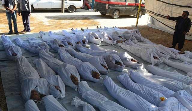 این یک صحنه جانگداز از قربانیان بمب های شییایی خامنه ای- بشار اسد است که ۱۳۰۰ سوریه ای بی دفاع را شب هنگام به کام مرگ کشانده است.