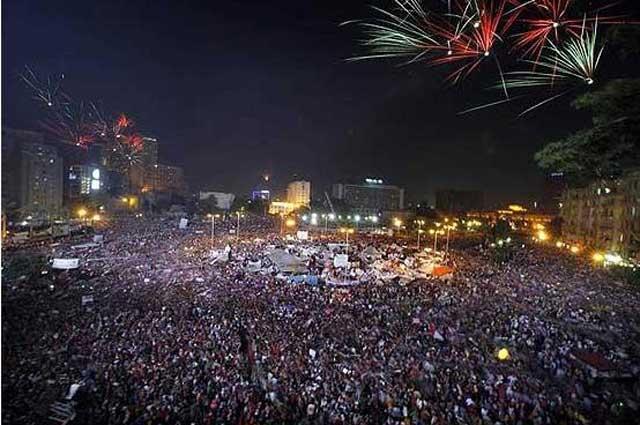 این تظاهرات عظیم و یک پارچه ملت مصر علیه گروه تروریستی اخوان المسلمین، در جهان نمونه و بی همتا بود. ولی حاکمان مصر مانند رژیم کشتارگر ایران، به رأی مردم توجهی ننمودند و خشونت و برخوردهای خصمانه با نظامیان را به ویژه پس از نماز جمعه آغاز کردند.
