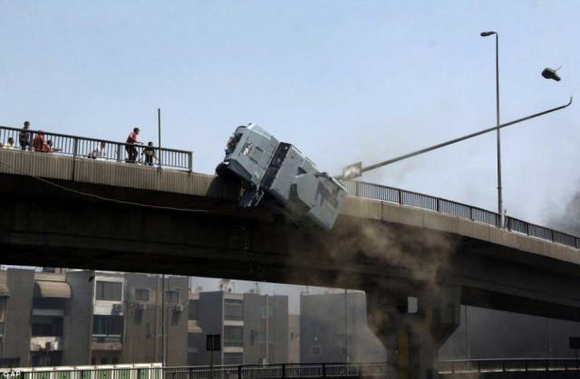 اتومبیل حامل پلیس که برای جلوگیری از حملات اسلام گرایان آمده بود، به وسیله آنان از بالای پل به پایین پرتاب شد.