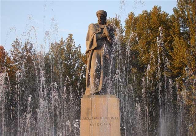 تندیس ابن سینا در شهر دوشنبه پایتخت تاجیکستان. تندیس بیشتر شاعران و بزرگان فرهنگ و ادب ایرانی در شهرهای تاجیکستان به ویژه دوشنبه درست شده و در میدان ها برپا است. درود بر تاجیکی های گرانمایه و والامقام که ارزش این ذخایر فرهنگی را می دانند.