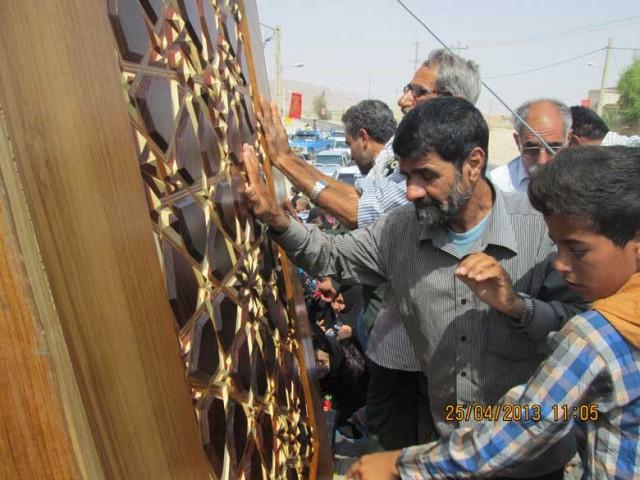 """فرتور استقبال مردم بت پرست ایران را از یک """"درب """" نشان می دهد! با این فرهنگ خرافی کسی مانند خمینی هم زیادمان است."""