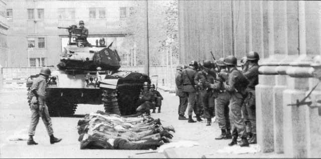 این صحنه ای از کودتای نظامی آمریکا- انگلیس سر تاریخ ۲۸ مرداد ۱۳۳۲ را نشان می دهد.