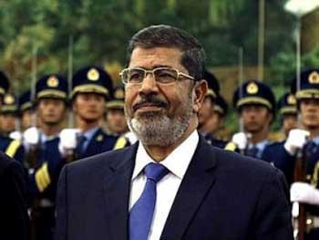 محمد مرسی از گروه اسلامی اخوان المسلمین که مصر را در یکسال گذشته با تمامیت خواهی خود به بیراهه برد و اکنون نیز با تحریکات و جبهه گیری در برابر ۳۳ میلیون مخالفین خود باعث کشت و کشتار گروه زیادی از مردم شده است.
