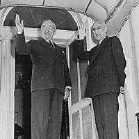 دکتر مصدق چهار بار به دعوت پرزیدنت ترومن به آمریکا رفت. در زمان مصدق ایران با آمریکا بهترین رابطه را داشت.آمریکا نگرانی از حکومت مصدق نداشت، بلکه این انگلیس و کمپانی های نفتی بودند که بازنده شدند و مقدمات کودتا را فراهم نمودند.