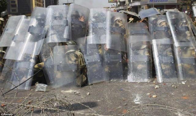 مأمورین پلیس برای جلوگیری از سنگباران شدن به وسیله اسلام گرایان، ناچاربودند از ماسک محافظت استفاده کنند.
