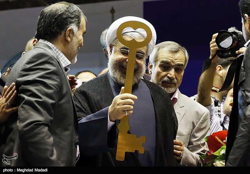 روحانی با کلید آمد. رئیس دولت تزویر و چپاول که از زیرکی و زبان بازی گوی سبقت را از دیگران برده، و از رفسنجانی و حتی خامنه ای پیشی گرفته است. خامنه ای باید درس مردم فریبی و روباه گری را از این آخوند بیاموزد.