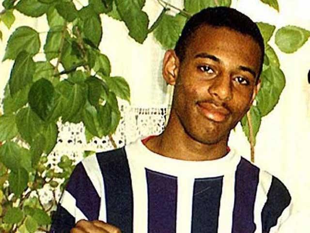 استیفن لورنس جوان سیاه پوستی که قربانی چند تن نژاد پرست سپید پوست شد. دادگاههای این جوان ساله ها به درازا کشید، و سرانجام ۵ تن از قاتلین او به زندان های طولانی محکوم شدند.