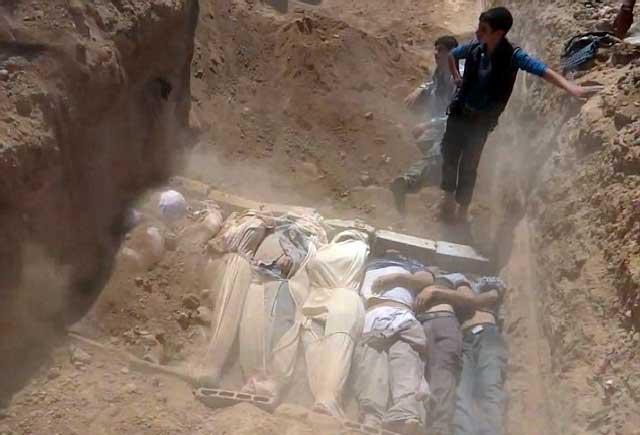 گروه دیگری از قربانیان بمب شیمیایی خامنه ای - بشار اسد که مردم سوریه را با درد ورنج ناگفتنی از پای درآورده است. بی گمان خامنه ای جنایتکار، در آینده این روش آدم کشی را در ایران پیاده خواهد کرد.