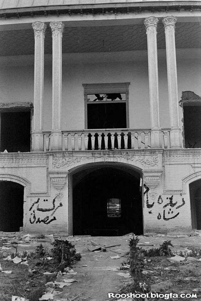 این خانه مصدق است که اوباشان و چاله میدانی ها به سرپرستی فضل الله زاهدی آنجا را ویران نموده، و اموال آن را به غارت بردند. رژیم کنونی هم تا حد زیادی از گذشته درخشان ایران درس گرفته است.