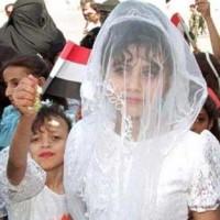 روان قربانی ۸ ساله یمنی که خانواده اش بنا به دستورات اسلام او را به مرد گردن کلفتی فروختند. پیامد این ازدواج نارس و تجاوز به یک کودک، خونریزی و درد شدید و مرگ او بود. آیا به راستی آخوندهای دین فروش اندکی انسانیت و خردمندی دارند که این چنین جنایت هایی را تأیید و تشویق می کنند و باعث اصلی آنند؟.