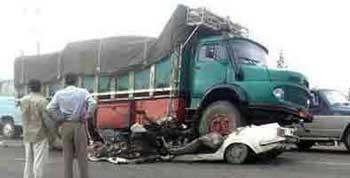 این یک صحنه دلخراش از تصادف در جاده های مرگبار ایران است. رانندگان بی مسئولیت و بی خیال، و مأمورین راه وظیفه ناشناس و بی تفاوت، هرساله بلای جان هزاران انسان بی دفاع از خودند.