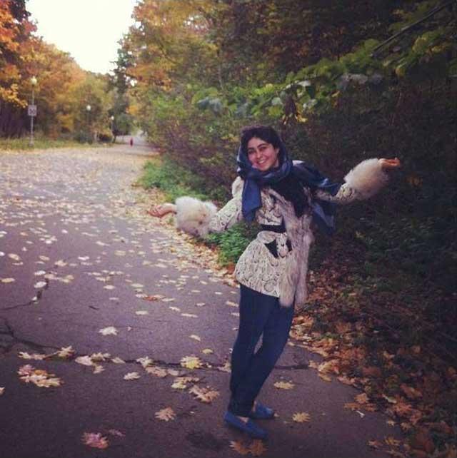 خانم معیما طاهری نتیجه خمینی با پول بادآورده از دستبرد به بیت المال، شاد و خندان در کانادا به رقص و پایکوبی می پردازد. آخوند هما بر سرمنبر نعه می کشد، از حجاب اسلامی و از دنای فاسد غرب حرف می زند.