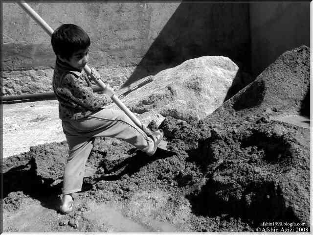 هر چقدر که با دستانِ کوچکش بیل می زند، مشکلاتش تمام نمی شوند، نمی داند مشکل از بیل کوچکش است و یا مشکلاتش خیلی بزرکند؟ او یک کودکِ خیابانی است...  _ سیروس پارسا