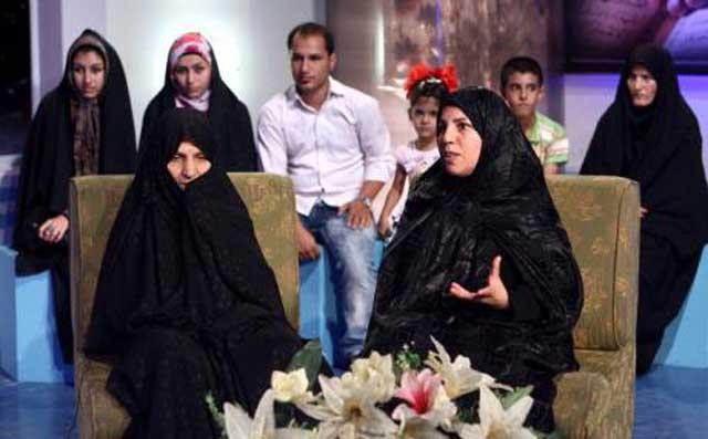 این فرتور تبلیغ هوو گرایی و داشتن چند زن در تلویزیون رژیم  را نشان می دهد. دو زن هووی قمی در این برنامه شرکت نمودند و ظاهرن رضایت و خشنودی خود را از ازدواج با یک مرد روسپی نشان دادند.